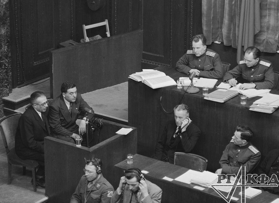 Interrogatoire du témoin Samouil Roizman (à gauche) /  Archives d'État de documents cinématographiques et photographiques de Russie, Arch. № B-3197 / Photo d'Evguéni Khaldeï / Portail Web «Сrimes nazis en URSS»