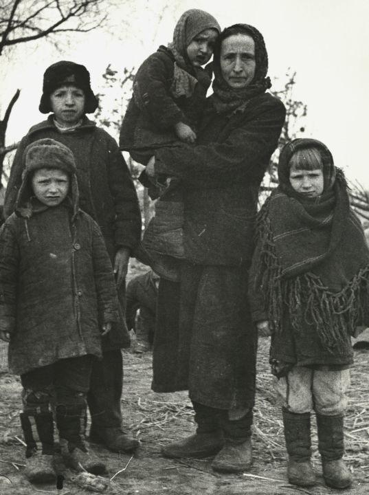 Une famille de la ville de Jlobine, en Biélorussie, libérée d'un camp de concentration / Portail web «Образывойны.рф», Musée de la victoire