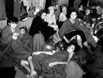 Femmes et enfants dans la caserne du camp de concentration de Bergen-Belsen, Allemagne, avril 1945