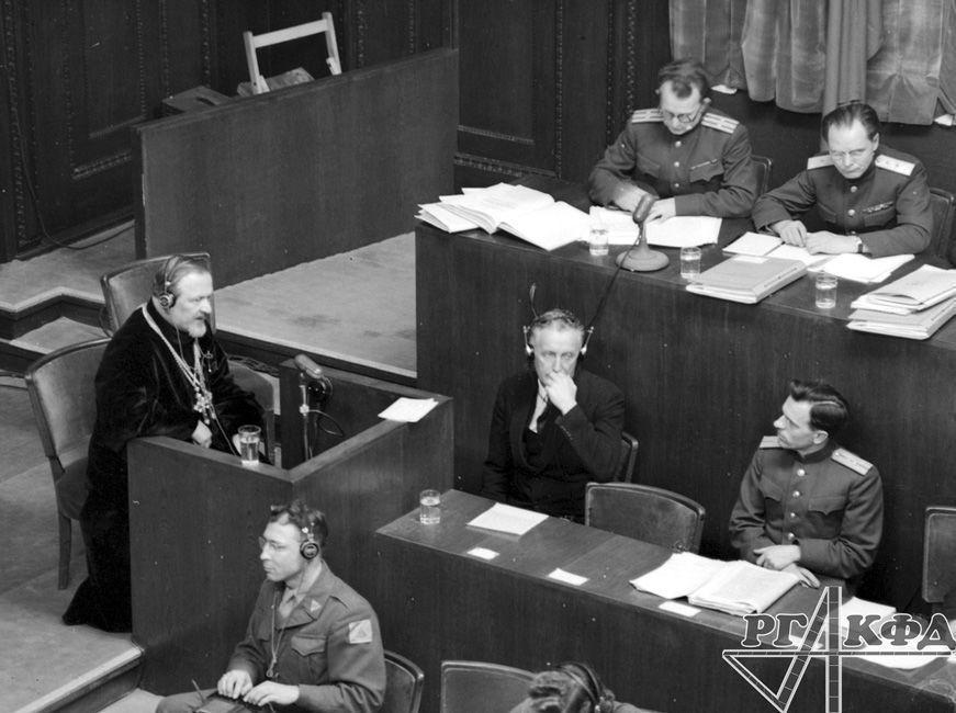 Interrogatoire du témoin, le prêtre Nikolaï Lomakine / Archives d'État de documents cinématographiques et photographiques de Russie, Arch. № B-3198 / Photo d'Evguéni Khaldeï / Portail Web «Сrimes nazis en URSS»