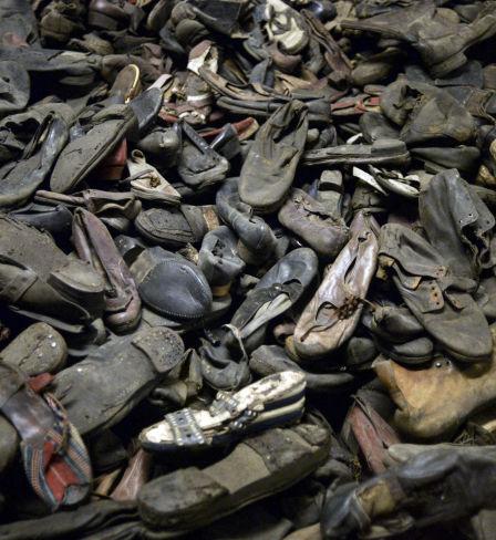 Tas de chaussures de prisonniers du camp de concentration nazi d'Auschwitz