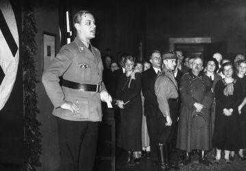 Alfred Rosenberg prend la parole à l'ouverture de l'exposition «L 'Allemagne éternelle» à Berlin, 1934.