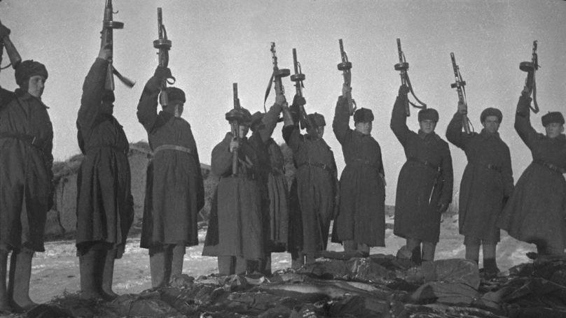 Les soldats de l'Armée rouge rendent hommage aux victimes d'un camp de prisonniers de guerre soviétiques (région de Stalingrad). 1942. // rcfoundation.ru, projet Образывойны.рф