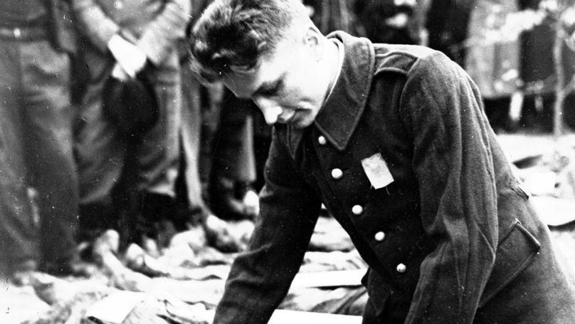 Un soldat soviétique venu identifier le corps de son frère décédé dans un camp de concentration allemand près de Hanovre,1945