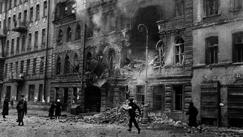 «La guerre est arrivée à Leningrad». Pilonnage de la rue Dostoïevski / mamm-mdf.ru, Projet Образывойны.рф / V.S. Tarasevitch