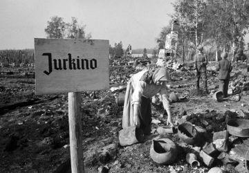 Une paysanne du village de Jourkino incendié par les nazis ramasse ce qui reste à l'endroit où se trouvait sa maison. Région de Rjev, 1942