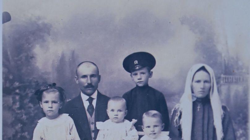 Roman Rudenko's father Andrey with his wife Natalia. Children - Nina, Peter, Nikolay, Fedor, Roman. Photo from the Rudenko family archive.