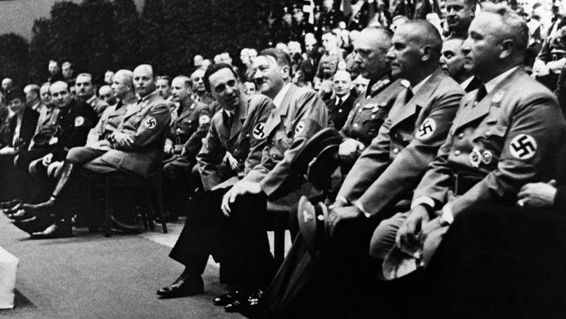 La Winterhilfswerk des Deutschen Volkes (Secours d'hiver du peuple allemand), campagne annuelle du Parti nazi pour aider à financer des activités de bienfaisance. De gauche à droite: le ministre de la Propagande Joseph Goebbels, Adolf Hitler, le général Werner von Fritsch, le ministre de l'Intérieur du Reich Wilhelm Frick, Robert Ley, membre du NSDAP, directeur du Front allemand du travail