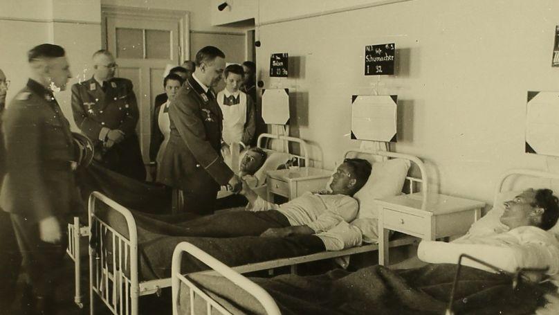 Alfred Rosenberg rend visite aux membres de la SS dans un hôpital de Riga. 1942. Archives d'État de la Fédération de Russie. F. R-7021. Op. 128.D.263, L. 13