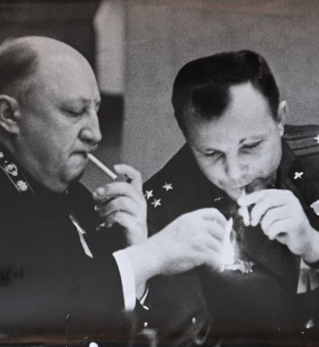 Roman Roudenko et Youri Gagarine. Photo des archives personnelles de la famille Roudenko.