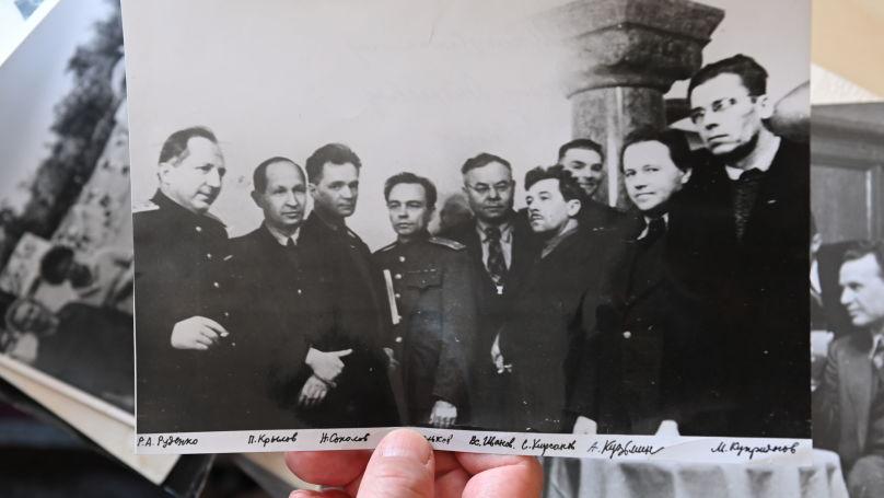 Roman Roudenko (à gauche) avec les intellectuels, Nuremberg, 1946. Photo des archives de la famille Roudenko.