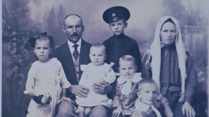 Andreï, le père de Roman Roudenko, avec sa femme Nathalia. Les enfants - Nina, Peter, Nikolaï, Fedor, Roman. Photo des archives de la famille Roudenko.