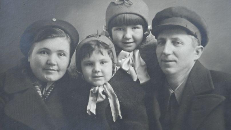 La famille Roudenko: épouse Maria Andreevna, filles Larisa et Galina, Roman Andreevitch, le 12 octobre 1941. Photo des archives de la famille Roudenko.