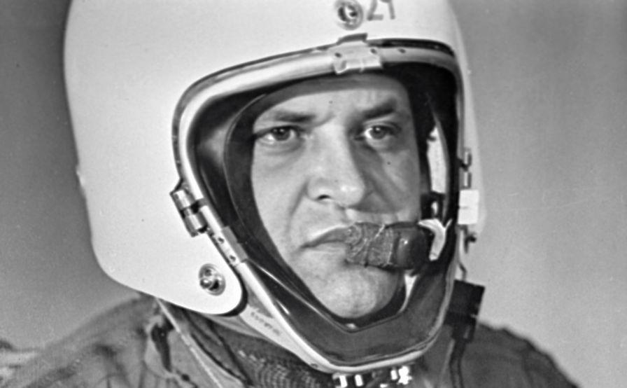 Francis Gary Powers, portant un casque de sécurité et une combinaison de compensation haute altitude, est un pilote américain recruté par la CIA. L'avion de reconnaissance Lockheed U-2 piloté par Powers a été abattu lors d'un vol au-dessus de Sverdlovsk (aujourd'hui Yekaterinbourg) le 1er mai 1960.