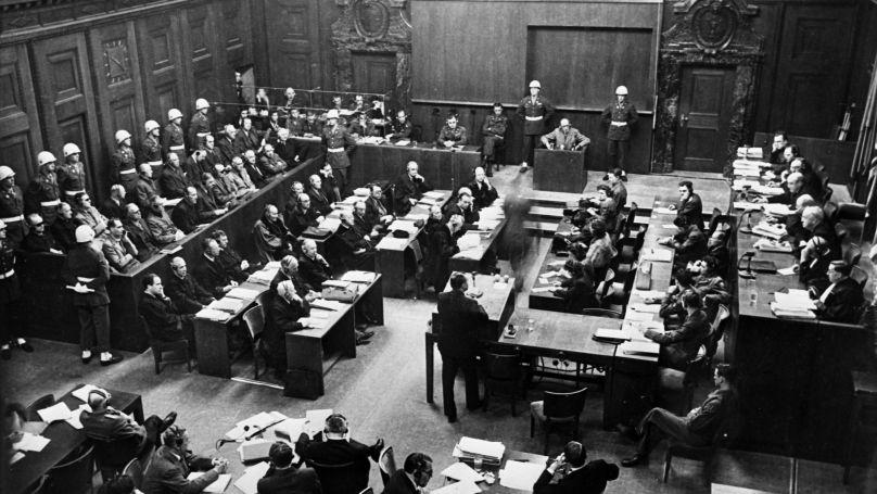La salle du tribunal de Nuremberg, à droite – les membres du tribunal, à gauche – les accusés et leurs avocats, au premier plan - les procureurs