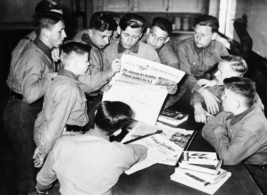 De jeunes Allemands lisent le journal du NSDAP Völkischer Beobachter, le 18 mai 1931