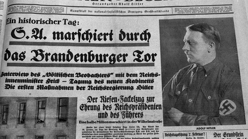 La première page du journal du parti NSDAP Völkischer Beobachter datée du 31 janvier 1933. Titre: «La SA défile sous la porte de Brandebourg», à droite un portrait d'Adolf Hitler.
