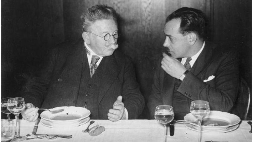 L'homme d'affaires et homme politique allemand Alfred Hugenberg (à gauche), décembre 1932