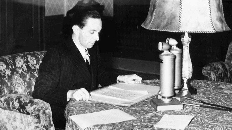Le ministre de la Propagande du Reich, Joseph Goebbels, lit à la radio l'appel d'Adolf Hitler au peuple allemand sur l'entrée des troupes allemandes en Autriche, le 12 mars 1938