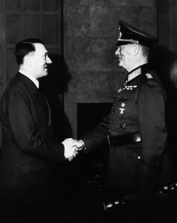 """3. April 1946, das Verhör führte Keitels Anwalt Otto Nelte: """"Nelte: Wie war Ihr Verhalten als Soldat, Offizier und General zu den Problemen, mit denen Sie beruflich konfrontiert wurden? Keitel: Ich kann sagen, dass ich aus Berufung und Überzeugung Soldat war. Mehr als 44 Jahre lang diente ich pausenlos meinem Land und meinem Volk als Soldat. (…) Ich tat das gleichermaßen treu unter dem Kaiser, unter Präsident Ebert, unter Feldmarschall von Hindenburg und auch unter dem Führer Adolf Hitler. Nelte: Wie ist Ihr Verhalten jetzt? Keitel: (…) Es ist nicht immer möglich, die Schuld und die Verwirrung in den Schicksalsfäden auseinander zu halten. Aber ich halte es nicht für möglich, dass die Menschen an der Front (…) beschuldigt werden, während die höchste Führung ihre Verantwortung leugnet. Nelte: (…) Indem die Anklage Beweise für Verletzungen der Kriegsgesetze, für Verbrechen gegen die Menschlichkeit vorlegt, verweist sie manchmal auf Briefe, Befehle usw., die Ihren Namen enthalten. (…) Keitel: Es stimmt, dass es viele Befehle, Anweisungen, Direktiven sind, die mit meinem Namen verbunden sind, und ich muss einräumen, dass solche Befehle oft Abweichungen vom bestehenden Völkerrecht enthalten. Andererseits gibt es eine Gruppe von Direktiven und Befehlen, die sich nicht auf kriegsbedingte Überlegungen, sondern auf die ideologische Basis stützten. (…)"""""""