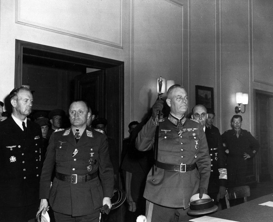 """6. April 1946, das Verhör führte der sowjetische Chefankläger Roman Rudenko: """"In diesem Befehl heißtesunter dem Punkt 'b': 'Als Preis für den Tod eines deutschen Soldaten muss in solchen Fällen normalerweise die Hinrichtung von 50 bis 100 Kommunisten dienen. Dieser Weg der Hinrichtung sollte den Abschreckungsgrad noch mehr erhöhen'. Stimmt das? Keitel: Der deutsche Wortlaut war etwas anders. Es hieß: 'Im Allgemeinen kann in solchen Fällen die Hinrichtung für 50 bis 100 Kommunisten als angemessen gelten'. Das war die deutsche Formulierung. Rudenko: Für einen deutschen Soldaten? Keitel: Ja. Das weiß ich und seheeshier. (…) Ich habe diesen Befehl unterzeichnet, aber die dort angegebenen Zahlen sind persönliche Veränderungen im Befehl, ausgerechnet die persönlichen Veränderungen Hitlers. Rudenko: Und welche Zahlen hatten Sie Hitler vorgelegt? Keitel: Fünf bis zehn Personen. Das ist die Zahl, die ich im Original genannt hatte. Rudenko: Also hatten Sie Kontroversen mit Hitler, die nur die Zahlen, aber nicht den Sinn betrafen? (…) Keitel: Es gab prinzipielle Kontroversen, die aber letztendlich nicht gerechtfertigt werden können, denn ich habe diesen Befehl unterzeichnet – das verlangte mein Posten. Es gab einen prinzipiellen Unterschied hinsichtlich der Lösung dieser Frage."""""""