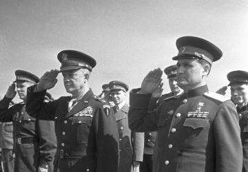 Marschall Wassili Danilowitsch Sokolowski (rechts) und General Dwight Eisenhower