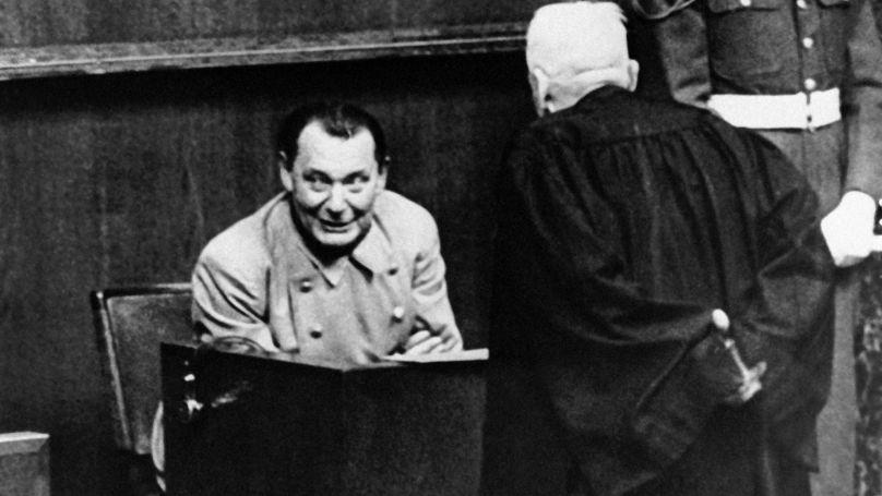Hermann Göring sourit en parlant à son avocat lors d'une pause au procès de Nuremberg, le 15 mars 1946.