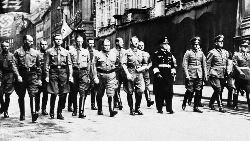 Adolf Hitler, Hermann Göring et d'autres nazis lors d'une marche à l'occasion du putsch de la Brasserie à Munich, le 9 novembre 1938.