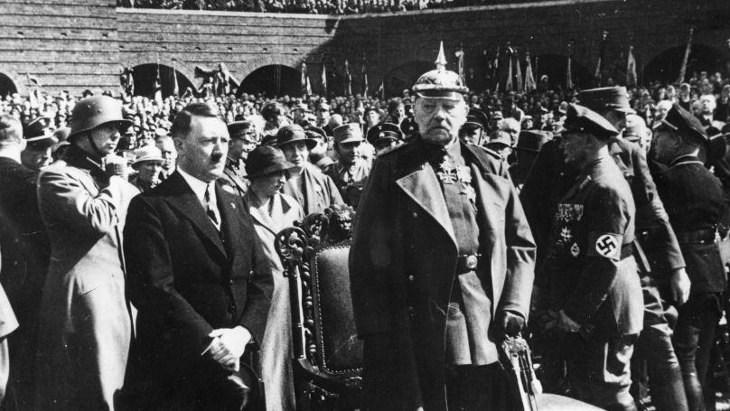 Le chancelier Adolf Hitler et le Président du Reich Paul von Hindenburg à Tannenberg en Prusse-Orientale, le 27 août 1933. Göring est à droite d'Hindenburg.