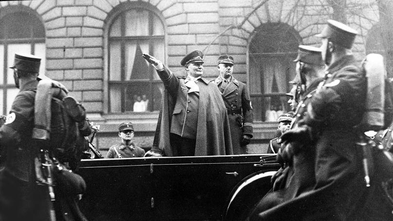 Le ministre de l'Aviation du Reich Hermann Göring salue les pilotes lors d'une marche à Berlin, le 12 janvier 1937. Derrière lui se tient Viktor Lutze, Stabschef («chef d'état-major») de la SA (Sturmabteilung, «section d'assaut»).