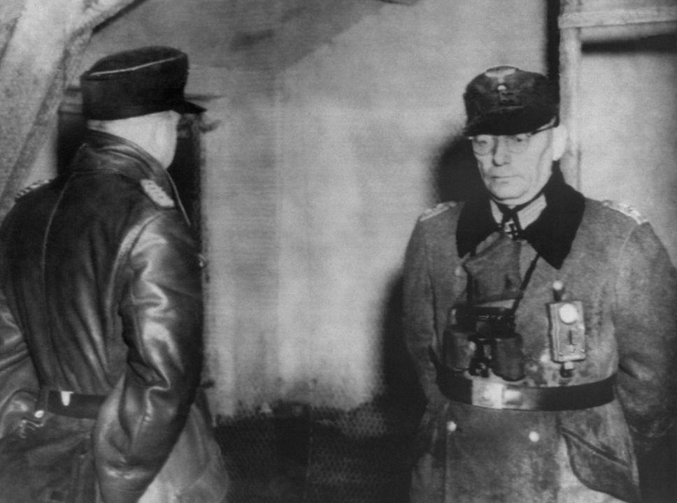 Le chef de la Gestapo de la ville française de Metz Anton Dunckern (à gauche) et le commandant de la garnison allemande le colonel Kurt Meyer après leur arrestation, le 25 novembre 1944