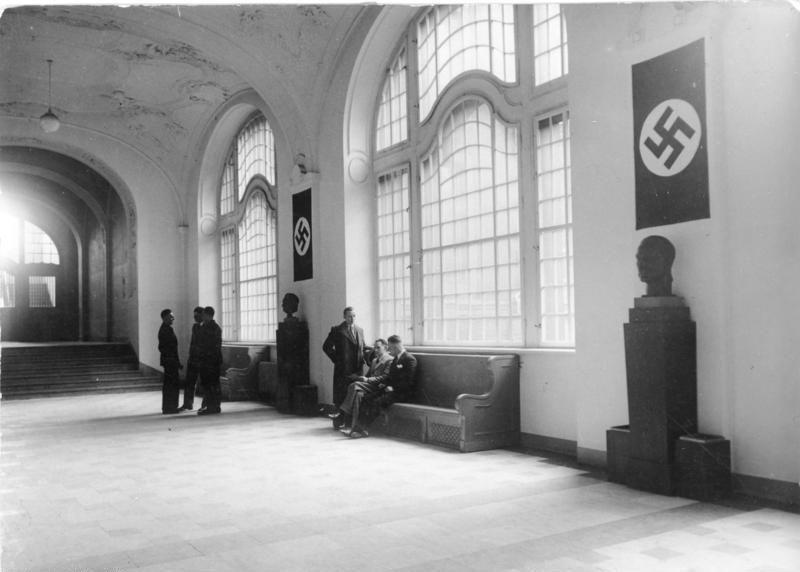 Des bustes d'Hitler et de Goering dans le hall principal du bâtiment de la Gestapo à Berlin, 1934 // Bundesarchiv, Bild 102-16180 / CC-BY-SA 3.0