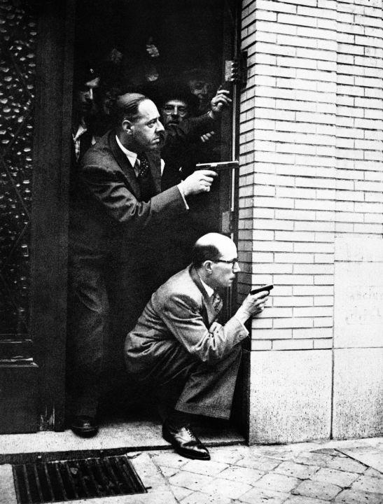 Des Bruxellois visent un tireur d'élite allemand avec ses armes personnelles, le 19 septembre 1944