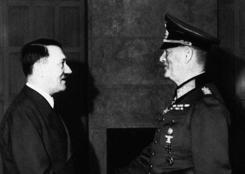 Adolf Hitler félicite le maréchal Wilhelm Keitel, chef d'état-major du Haut commandement de la Wehrmacht pour le quarantième anniversaire de son service militaire. Berlin, 23 mars 1941.