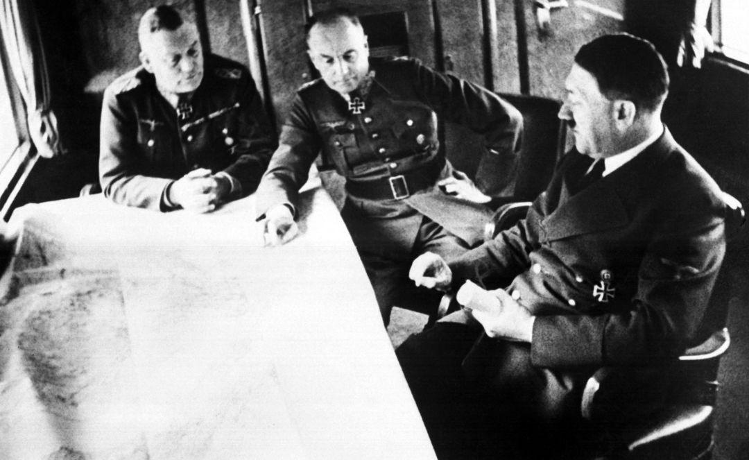 Adolf Hitler, le maréchal Walther von Brauchitsch et le maréchal Wilhelm Keitel (de droite à gauche) discutent de la situation sur le front des Balkans, le 23 mai 1941.