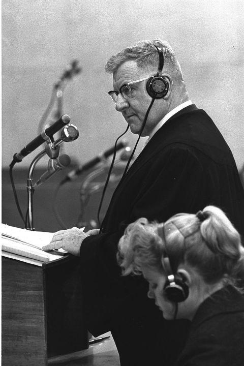 """Robert Servatius Star des Eichmann-Prozesses Verteidiger von Fritz Sauckel und der NSDAP Einer der bekanntesten Anwälte in Europa der damaligen Zeit. Servatius studierte in Bonn, London und Paris. In Berlin studierte er ein Jahr lang die russische Sprache und die Lage in der Sowjetunion. Zu Kriegsbeginn ging er an die Front und wurde Major. Weltweit bekannt wurde er 15 Jahre nach den Nürnberger Prozessen. 1961 wurde er in Jerusalem Anwalt einer der Holocaust-Organisatoren, Adolf Eichmann. Um einen ausländischen Anwalt vor einem israelischen Gericht zuzulassen, musste die israelische Regierung das Gesetz ändern. Servatius legte den Israelis ein Dokument vor, in dem es hieß, dass er nie NSDAP-Mitglied gewesen sei. Er forderte zudem ein Honorar in Höhe von 20.000 Dollar. Deutschland weigerte sich, die Verteidigung Eichmanns zu bezahlen, das übernahm Israel. Hans Gawlik Für immer Nazi Verteidiger des Sicherheitsdienstes des SS-Reichsführers Heinrich Himmler 1933 trat Gawlik der NSDAP bei, im Dritten Reich war er Staatsanwalt für politische Angelegenheiten. Nach dem Krieg wurde er Leiter der Zentralen Rechtsschutzstelle. Später wird diese Organisation mit einem anderen Name dem deutschen Bundesjustizamt angehören. Gawlik organisierte Rechtsberatungen für Deutsche, die von ausländischen Gerichten wegen Nazi- und Kriegsverbrechen angeklagt wurden, sowie für bereits verurteilte Verbrecher. Mitte der 1950er Jahre standen 2784 Menschen unter der Schirmherrschaft dieser Organisation. In vielen Ländern Westeuropas wurden ehemalige Nazis in Abwesenheit verurteilt, nicht immer wussten die Verbrecher von ihrer Verurteilung. Mit Hilfe des Deutschen Roten Kreuzes und anderer humanitären Organisationen nahm Gawlik Kontakt mit diesen Verurteilten auf, um sie vor Besuchen in """"gefährliche"""" Länder zu mahnen. So """"rettete"""" er fast 800 Deutsche und Österreicher. Sein Wirken war zunächst nicht publik geworden. Als dies 1968 ans Licht kam, musste Gawlik zurücktreten. Im Regierungsbericht der """