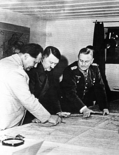 Adolf Hitler studiert mit Marschall Hermann Göring den Kriegsverlauf auf einer Karte an einem Ort, der von deutschen Quellen als Hitlers Hauptquartier an der Ostfront im Juli 1941 bezeichnet wurde. Marschall Wilhelm Keitel (rechts) schaut zu. Deutsche Quellen geben nicht an, wann dieses Bild gemacht wurde. Dieses wurde von Berlin nach New York am 21. April übermittelt.