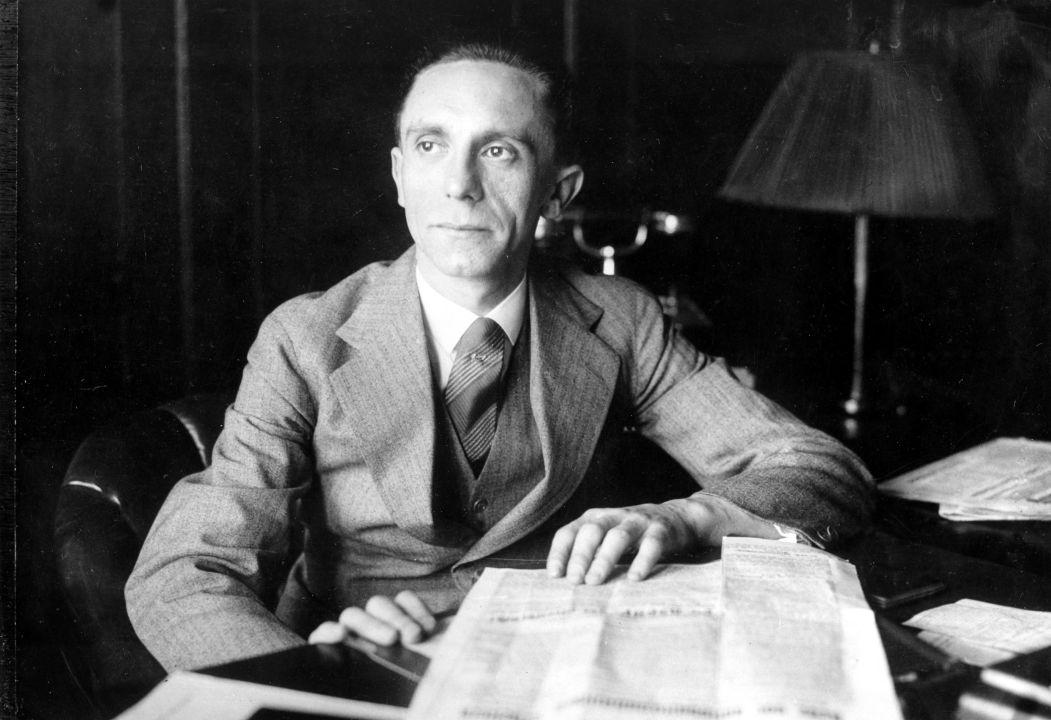 """Auszüge aus den Tagebüchern Joseph Goebbels'  30. November 1941  """"Gestern: (…) Um Mittag hatte ich die Gelegenheit, mit dem Führer die aktuelle innen- und außenpolitische Situation ausführlich zu besprechen.  (…) Was die Situation an den Fronten angeht, so sieht der Führer die Entwicklung im Osten positiv. Natürlich mussten wir Rostow verlassen; aber großenteils passierte das, weil wir den Partisanenkrieg in unserem Hinterland nicht ertragen können. Langfristig würde das unsere Truppen sehr nerven. Also folgt der Führer dem Plan, von Rostow möglichst weit weg zu gehen, um die Luftwaffe es zerbomben und vernichten zu lassen. Das muss eine blutige Lektion werden.  Ansonsten ist der Führer immer der Meinung, dass große sowjetische Städte nicht erobert werden müssen. Das würde uns keine praktischen Vorteile bringen – wir würden mit Frauen und Kindern nur eine Bürde übernehmen, denn wir müssten dann die Verantwortung für ihre Ernährung und Versorgung übernehmen.  Derselben Meinung war er auch in Bezug auf Leningrad und Moskau, und auch Kiew; leider haben unsere Truppen die Stadt doch eingenommen – vor allem weil die Stäbe Platz brauchten, wo sie untergebracht werden könnten.  Bei Moskau hofft der Führer, weiter vorzurücken; allerdings sind wir im Moment nicht zu einer großen Einkesselung fähig, denn die Versorgung wäre dabei unmöglich. Das Wetter ist dermaßen unbestimmt, dass es Wahnsinn wäre, um 200 Kilometer vorzurücken, ohne zuverlässige Versorgungswege zu haben; es kann jederzeit schneien und regnen, und dann müssten unsere vorgerückten Truppen wieder zurückgezogen werden, und zwar mit großen Schäden für unser militärisches Ansehen. In der aktuellen Situation können wir uns so etwas nicht leisten. (…)  Ansonsten rufen unsere Einkesselungsmanöver in der Sowjetunion keine so emotionalen Reaktionen hervor, wie das während unserer Offensive im Westen war. Die Franzosen sind ein kulturreiches Volk, also reagierten sie auf unsere operativen Veranstaltungen eben operativ. M"""