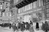 """Auszug aus: Kriegstagebuch der OKW über die Pläne Hitlers bezüglich Moskaus und Leningrads  8. Juli 1941  Der Führer beschreibt seine allgemeine Vision von der Lage an allen Frontabschnitten: Die Heeresarmee Nord mit den aktuellen Kräften kann wohl ihre Aufgabe erfüllen und bis Leningrad durchbrechen.  Bezüglich der Heeresgruppe Mitte stellt sich die Frage, ob sie Moskau angreifen soll, oder große Teile von ihr sich hinter Pripjat in den Süden zurückziehen sollen. Feststehender Entschluss des Führers ist es, Moskau und Leningrad dem Erdboden gleich zu machen. Doch man kann dies mit der Luftwaffe, ohne Einfluss auf Bodenoperationen erledigen.  Quelle: Kriegstagebuch der OKW, Band I, Frankfurt 1965, C: Dokumente, S. 1021, Dok. 69, Sonderakte, Anlage 13, 8 Juli 1941.  Anmerkungen im Kriegstagebuch des Oberkommandos der Wehrmacht über eine Beratung mit den Befehlshabern der Heeresgruppe Mitte, in der die Pläne hinsichtlich Leningrads und Moskaus besprochen wurden  25. Juli 1941  """"(…)  Weitere Pläne im Großen  General-Feldmarschall Keitel:  1. Leningrad muss schnell abgeriegelt und ausgehungert werden. Politisch, militärisch und wirtschaftlich wichtig. Heeresgruppe Nord muss deshalb im Raum  zwischen Peipus- und Ilmen-See starke Infanterie vortreiben.  Panzer-Gruppe Hoth wird für diese Aufgabe von Norden abgedreht, muss  gleichzeitig den Hauptverkehrsstrang von Leningrad nach Moskau unterbinden.  Später muss die Panzergruppe Hoth der Heeresgruppe Mitte wieder zugeführt  werden.  (…)  4. Vorgehen Heeresgruppe Mitte denkt Führer sich mit 2 Armeen beiderseits der  Autobahn nach Moskau, linker Flügel vorwärts gestaffelt, jedoch Schwerpunkt  bei rechter Armee. Moskau selbst muss — wie Leningrad — nicht angegriffen,  sondern eingeschlossen und ausgehungert werden.""""  Quelle: Kriegstagebuch der OKW, Band I, Frankfurt 1965, C: Dokumente, S. 1035-1036, Dok. 81.  Befehl des Oberkommandos der Heerestruppen zur Blockade Leningrads  28. August 1941  """"Oberkommando des Heeres 28. August"""