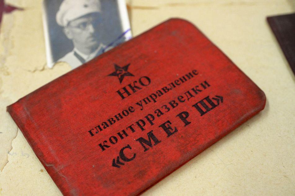 Livret d'un membre du Smersh, service de contre-espionnage de l'armée soviétique