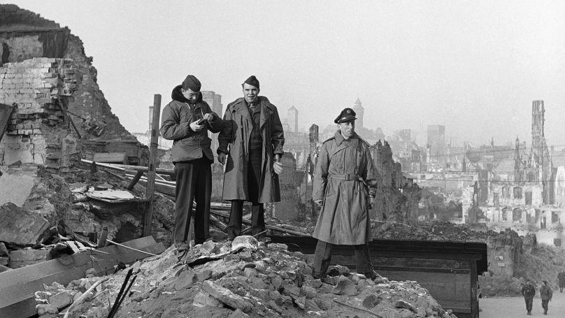 Correspondants de l'agence Associated Press (AP) aux ruines de Nuremberg. Janvier 1946
