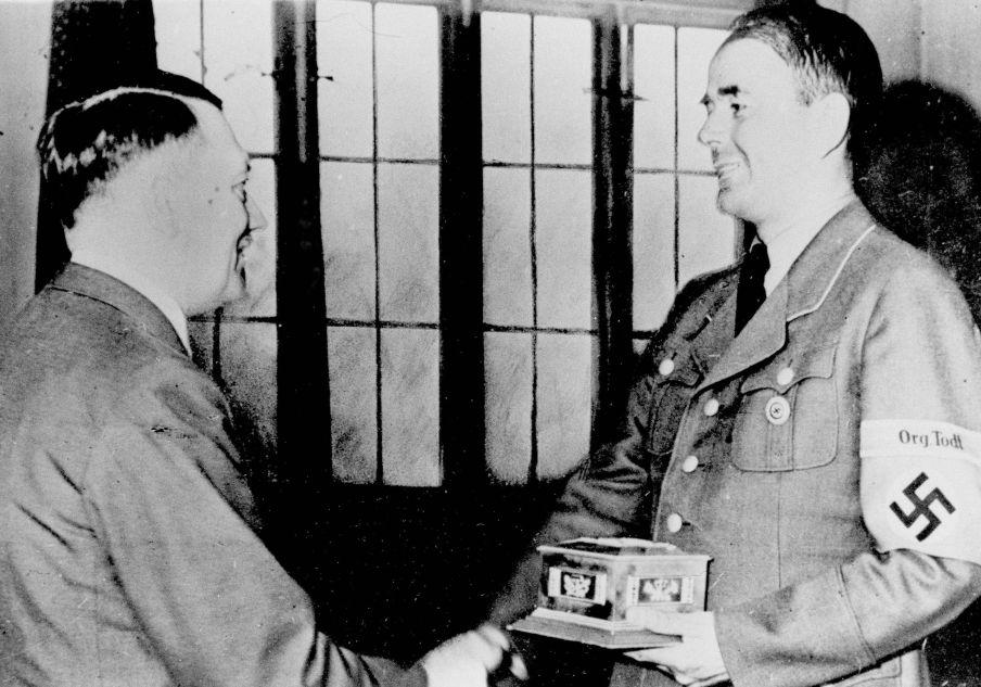 Adolf Hitler sert la main au ministre de l'Armement et de la Production de guerre du Reich Albert Speer, juillet 1943