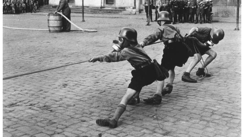 Members of the Hitler Youth at an air defense training session, 1933. // Bundesarchiv, Bild 133-393 / CC-BY-SA 3.0 © o.Ang.