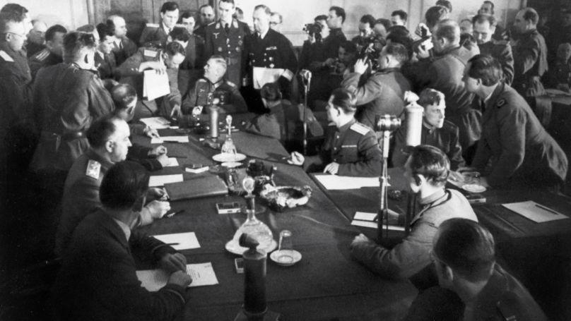 """Le maréchal Wilhelm Keitel signe l""""acte de capitulation sans condition des forces militaires allemandes, Berlin, le 8 mai 1945."""
