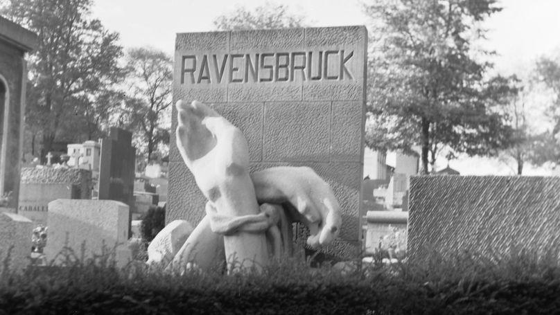 Un monument aux victimes du camp de concentration nazi de Ravensbrück au cimetière du Père-Lachaise.