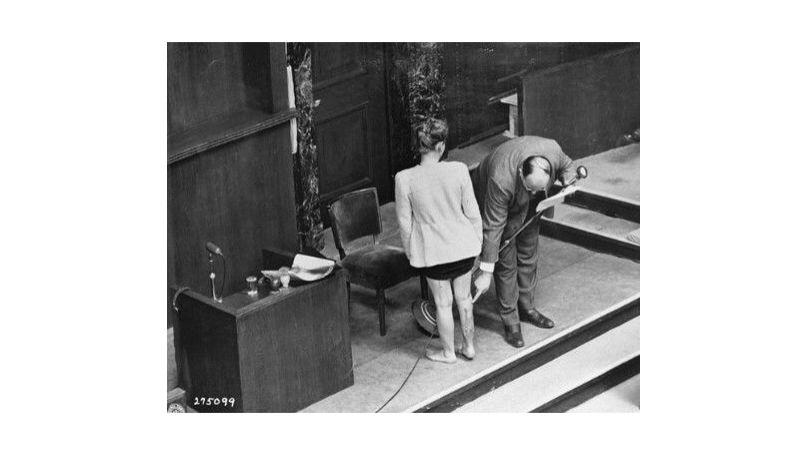 Une prisonnière polonaise du camp de concentration pour femmes de Ravensbrück montre au tribunal les conséquences des expériences médicales menées sur elle.