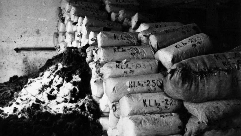 Des sacs remplis de cheveux de prisonniers d'Auschwitz