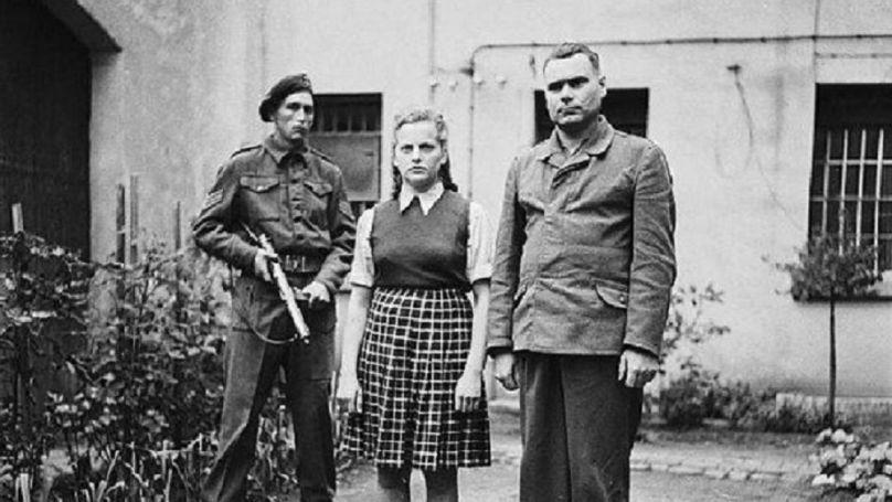 Irma Grese, surveillante des camps de concentration de Ravensbrück, Auschwitz, Bergen-Belsen et Joseph Kramer, commandement de Bergen-Belsen, après leur arrestation.
