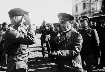 Erich Raeder et Otto Kretschmer (à gauche), commandant de sous-marin allemand le plus réussi, août 1940 // Bundesarchiv, Bild 101II-MW-0952-17 / Mannewitz / CC-BY-SA 3.0