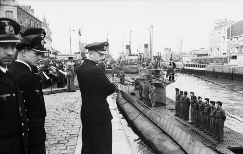 Karl Dönitz observe l'arrivée de l'U-94 à Saint-Nazaire en juin 1941. // Bundesarchiv, Bild 101II-MW-3491-06 / Buchheim, Lothar-Günther / CC-BY-SA 3.0